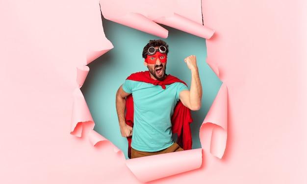 クレイジーなスーパーヒーローの男