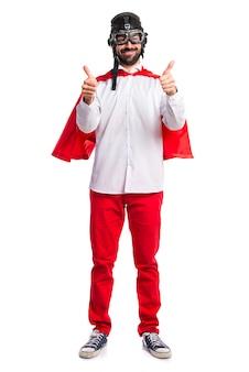 Сумасшедший супергерой с большим пальцем вверх