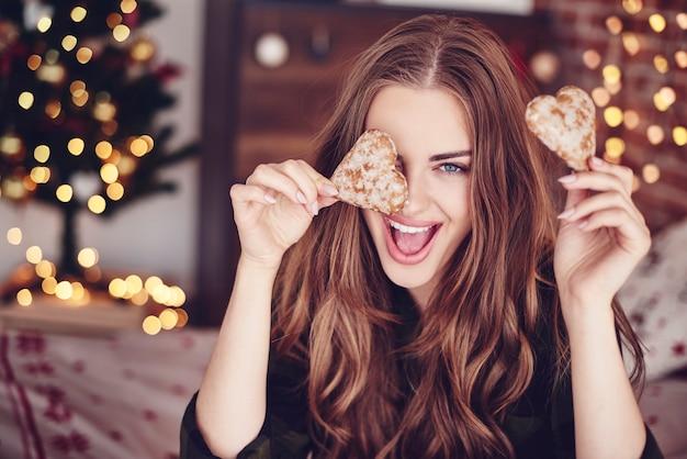 Donna pazza che tiene i biscotti in mano