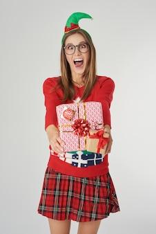 大きなクリスマスプレゼントとクレイジーな女性
