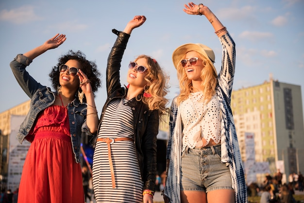 Сумасшедшие женщины танцуют на музыкальном фестивале