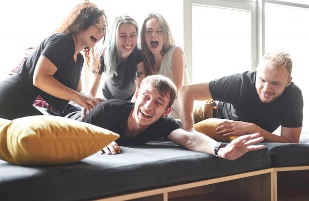 クレイジーな若い親友が家で楽しんでいます。エンターテインメントとライフスタイルのコンセプト