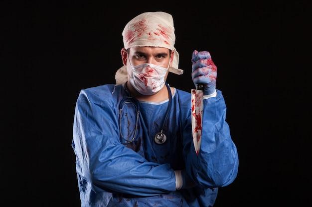 Сумасшедший молодой доктор с пшихо глазами на хэллоуинском карнавале. врач с психическим расстройством.
