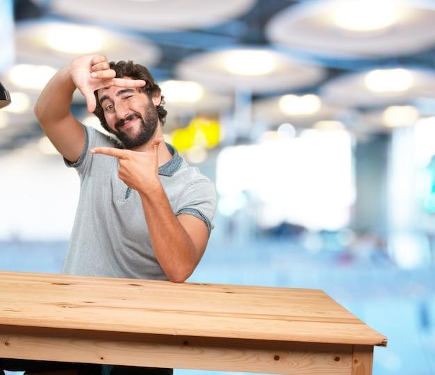 Giovane pazzo con l'espressione tavolo .happy