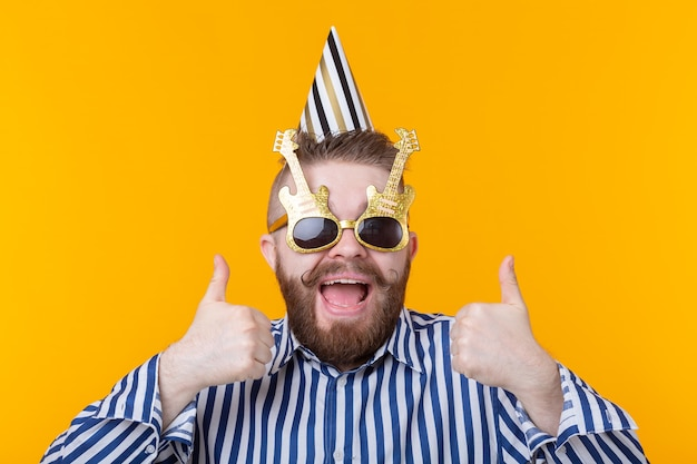 수염을 가진 미친 젊은 긍정적 인 힙 스터 남자가 행복하게 웃음