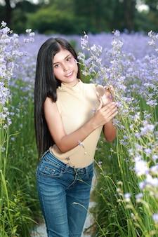 幸せな時間を過ごして、自然の中で花ナガcreフィールドの間で楽しんでいる美しい女性の肖像画
