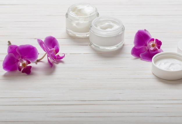 白い木にクリーム色とピンクの蘭の花
