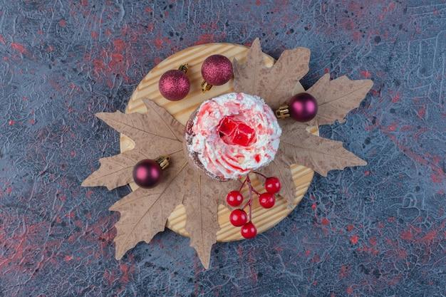抽象的なテーブルの装飾された大皿にクリームとシロップをトッピングしたケーキ。