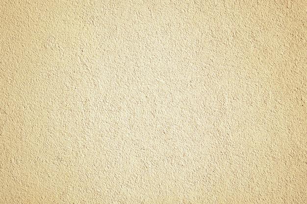 Кремовая бежевая окрашенная стена. старая покрашенная текстура каменной стены.