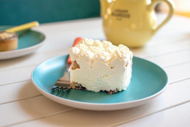 ブループレートのクリームケーキ Premium写真