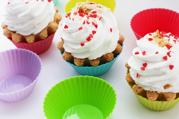 白いテーブルの上のクリームケーキの甘いデザート