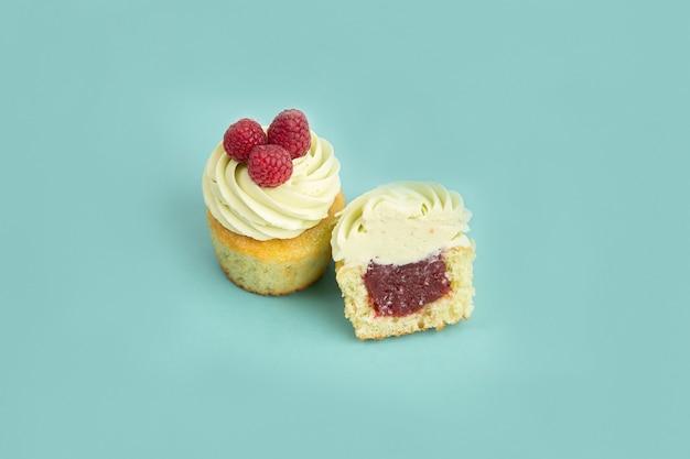 파란색 배경에 라즈베리를 넣은 크림 케이크