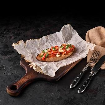 크림 치즈, 구운 노란 피망, 바질 브루스케타, 전통 이탈리아 애피타이저 또는 스낵