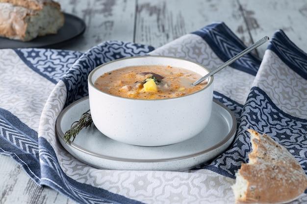 Крем-сырный суп с грибами, картофелем и курицей, вид сверху, деревенский