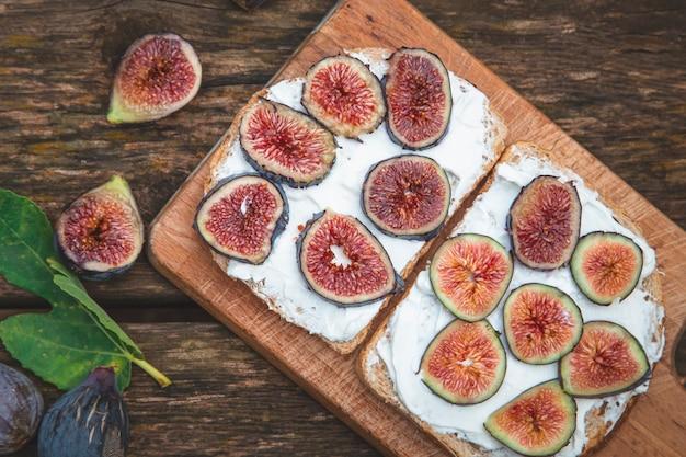 木の板で出されるパンにイチジクとクリームチーズ