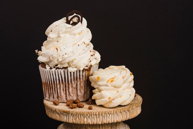 Кремовый кекс на деревянном cakestand