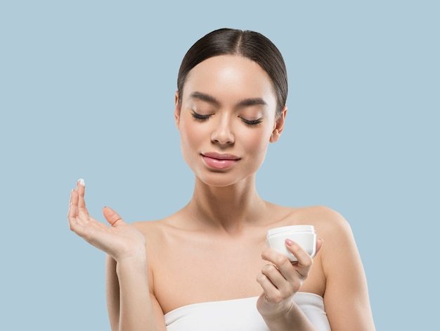 クリーム色の顔の女性の化粧品の健康的なスキンケアの美しさの肖像画を白で隔離色背景青
