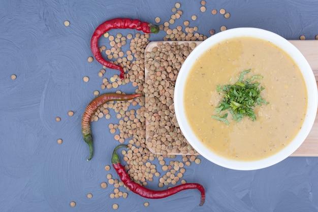 生豆と唐辛子をまぶしたクリームレンズ豆のスープ