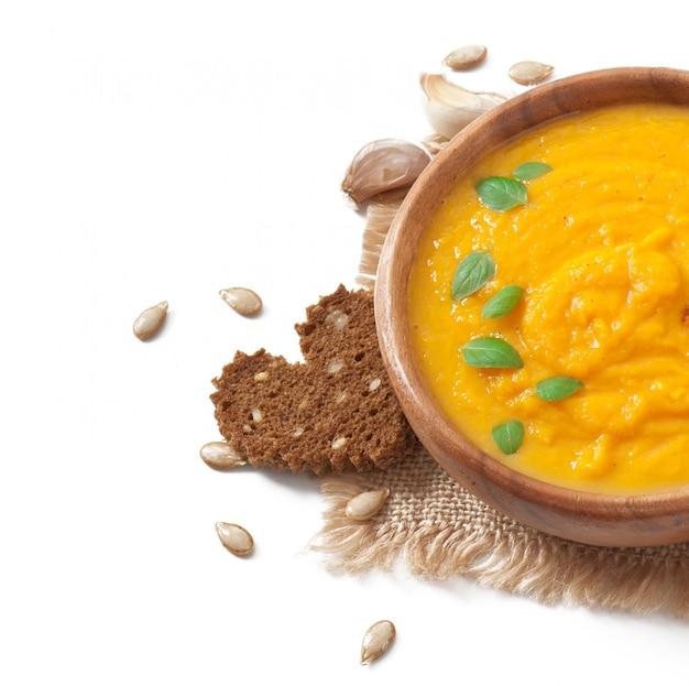木製のボウルにカボチャのスープのクリーム