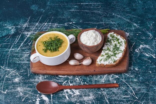 Zuppa di crema con una fetta di pane tostato.