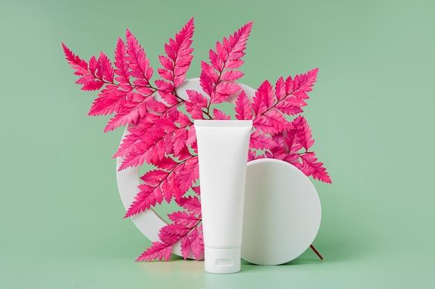 분홍색 잎이 있는 크림 튜브