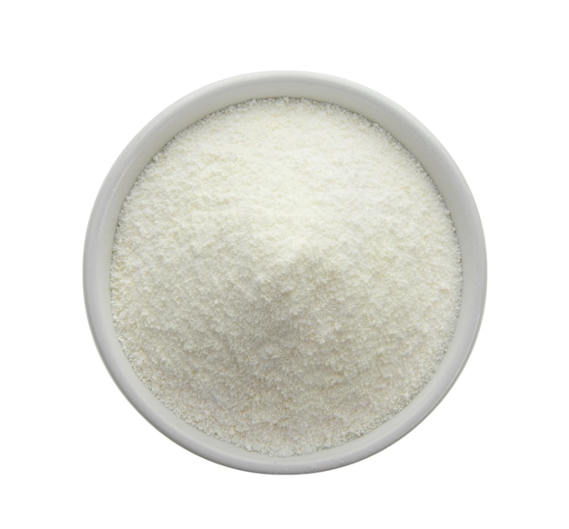 Creamer, кофе отбеливатель, немолочный сливок в миске на белом фоне