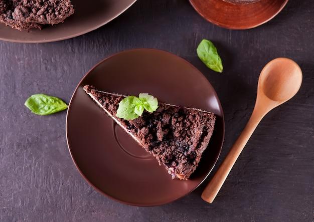 초콜릿, 검은 건포도와 민트 잎 장식 크림 치즈 케이크. 평면도.