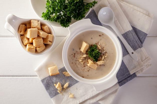クリーミーなチキンと野菜の白い木製テーブル