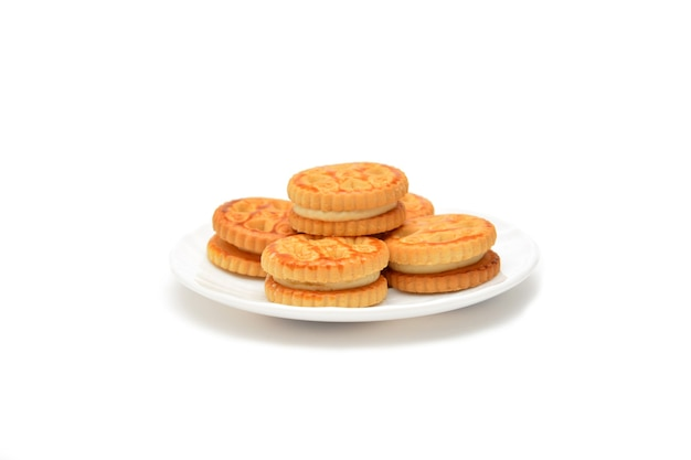 白で隔離のプレート上のクリーミーなクッキー