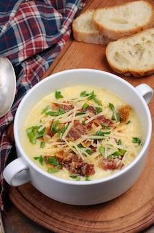 Сливочный суп из печеного картофеля с беконом и сыром, зеленый лук