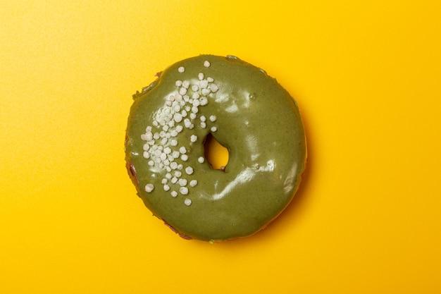 노란색 배경에 크림 같은 말 도넛