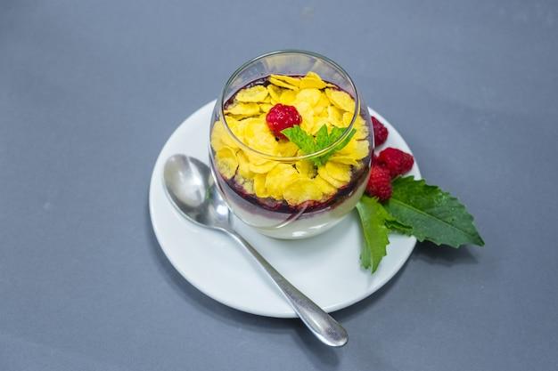 라즈베리와 콘플레이크를 곁들인 크림 같은 우유 카라멜. 확대