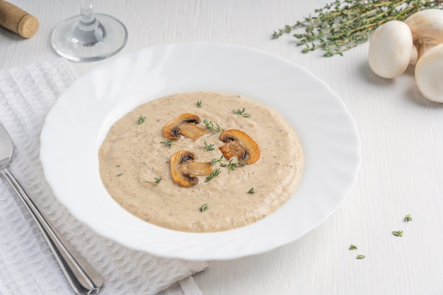 Сливочно-грибной суп-пюре из смеси шампиньонов и молочных сливок с обжаренными дольками и тимьяном