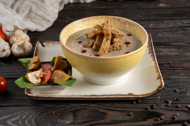 ライ麦クルトンとシャンピニオンのピクルスを添えたクリーミーなマッシュルームスープ
