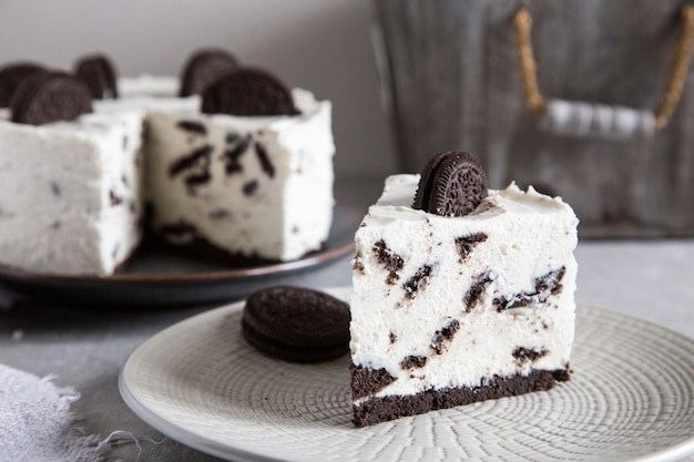 Creamy no bake cheesecake with chocolate cookies.