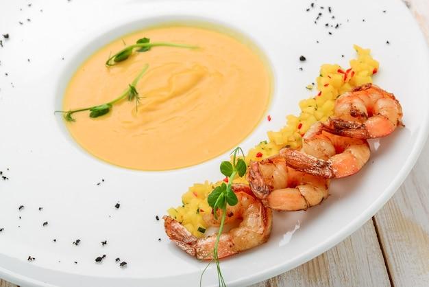 クリーミーなオイルとスパイスのスープ、エビを添えて