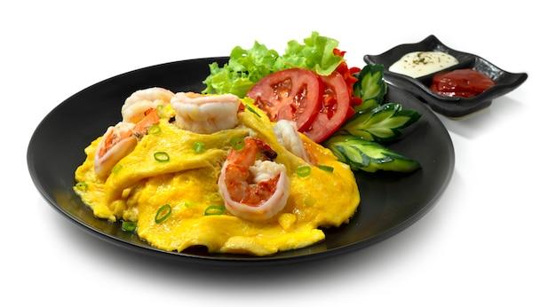 쌀에 새우를 얹은 크리미 오믈렛 레시피 제공 토마토 소스와 마요네즈가 조각 된 야채 측면을 장식합니다.