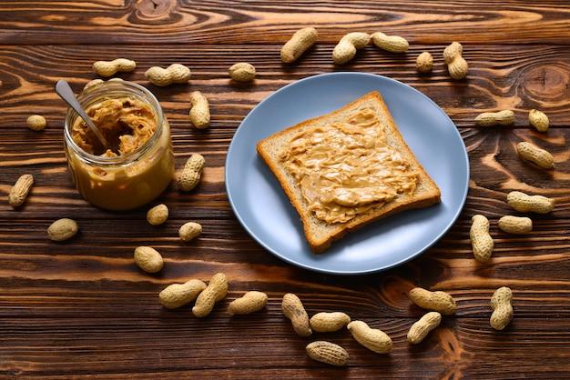 トーストとクリーミーなピーナッツバター