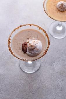 Сливочный коктейль с пеканом и карамелью мартини