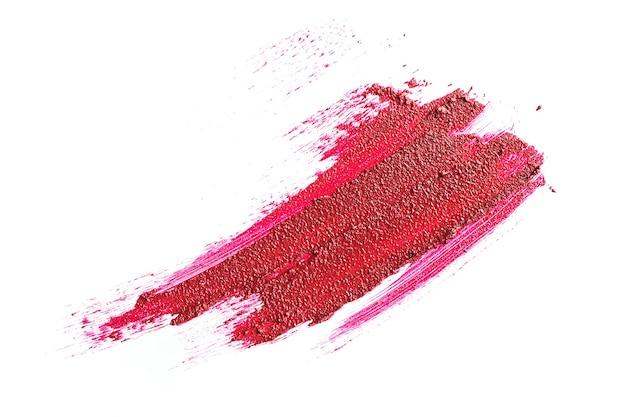 Сливочно-красная помада в жидкой форме, текстурные штрихи, изолированные на белом фоне. понятие о тенденциях в косметике, макияже.