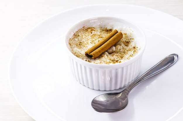 Сливочный десерт из рисового пудинга, посыпанный корицей