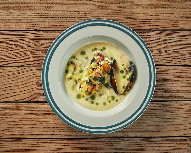생선 홍합 버섯 양파와 채소를 곁들인 크림 수프