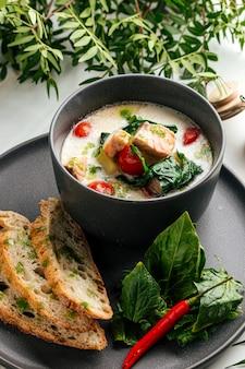 Крем-суп с лососем и шпинатом и хрустящим французским багетом