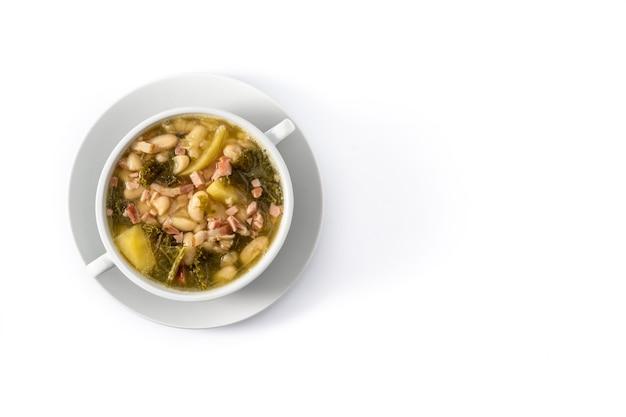 白い背景で隔離のボウルにクリーミーなトスカーナのスープ
