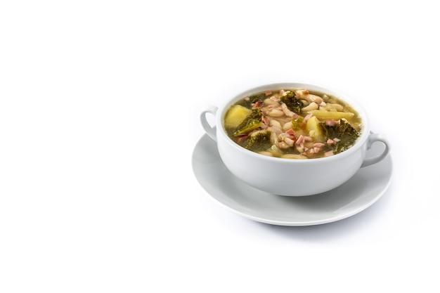 白い背景で隔離のクリーミーなトスカーナのスープ