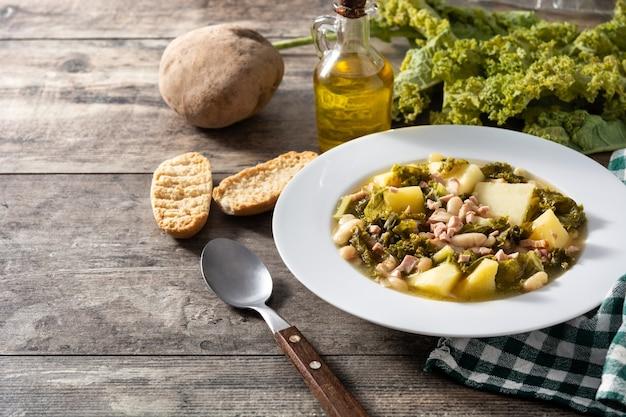 木製のテーブルにクリーミーなトスカーナのスープ