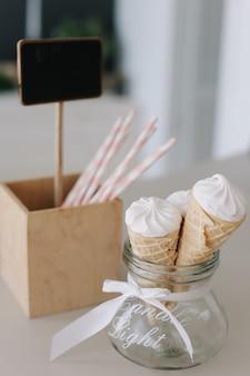 キッチンのクリーミーなバニラアイスクリームコーン