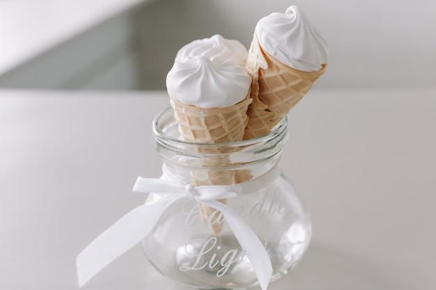 クリーミーなバニラアイスクリームコーン
