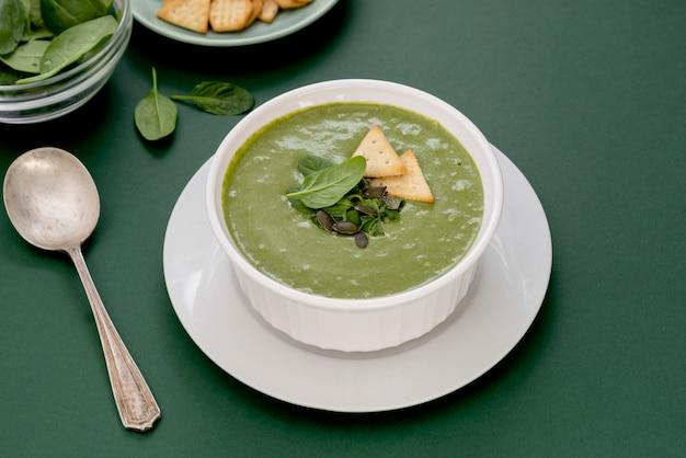 野菜のクリーミースープ。健康なほうれん草、ブロッコリーのベジタリアンデトックスフード。