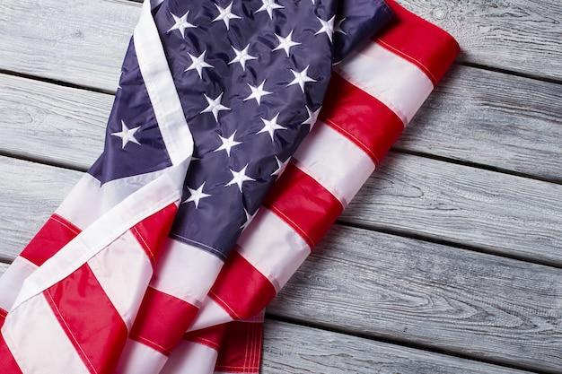 구겨진 미국 국기. 나무 배경에 미국 배너입니다. 언론과 선택의 자유. 강력한 법과 선진 사회.